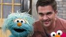 Juanes canta y enseña español en su paso por 'Barrio Sésamo' en Nueva York