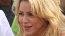Shakira baja del escenario para poner la primera piedra de un colegio para niños pobres