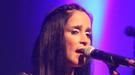 La dulzura de Julieta Venegas caldeó la fría noche de Montevideo con 'Otra cosa'