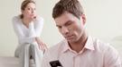 ¿Somos celosos? El 60% de los españoles mira a escondidas el móvil de su pareja