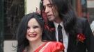 Alaska da el sí quiero a Mario Vaquerizo vestida de rojo pasión en el Registro Civil