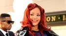 Un fan agarra y empuja a Rihanna durante una actuación en Nueva York