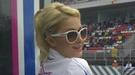 Paris Hilton celebra el triunfo de su equipo de motos 'Bluesens' en el circuito de Montmeló