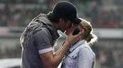 Enrique Iglesias besa en la boca a una fan durante el Summertime Ball 2011