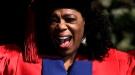 Oprah Winfrey, emocionada y enérgica, recibe el honoris causa en Sudáfrica