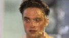 Robert Pattinson recibe un tartazo en la cara en una noche de rodaje en Toronto