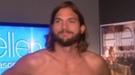 Ashton Kutcher muestra sus encantos desnudándose en directo