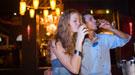El alcohol en la pareja: quién bebe más y sus peligros en la relación