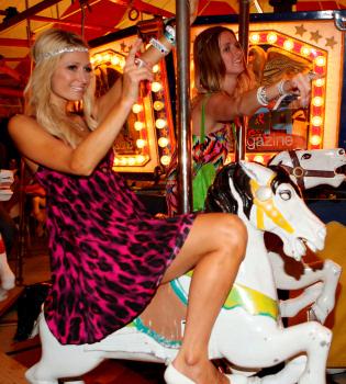 Paris y Nicky Hilton, de fiesta en los caballitos en Coachella