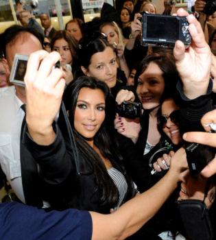 Kim Kardashian, novia de Cristiano Ronaldo, acosada por los fans en Australia