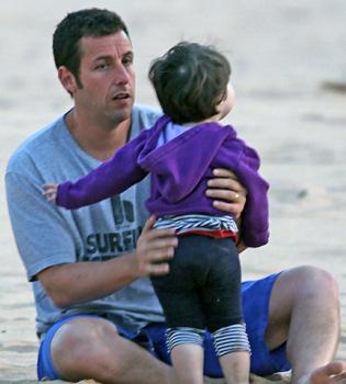 Adam Sandler, todo una padrazo en las playas de Hawái