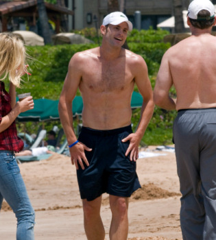 Andy Roddick, sin camiseta por las playas de Hawái