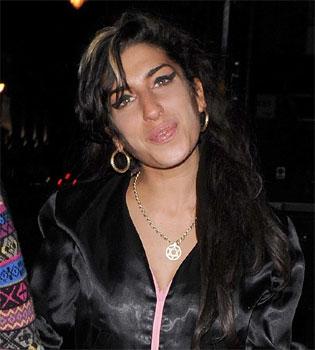Amy Winehouse hospitalizada borracha y herida otra vez