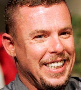 Alexander McQueen tomó un cóctel de drogas y se ahorcó