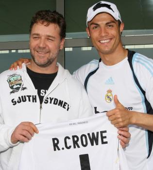 Cristiano Ronaldo entrega a Russell Crowe la camiseta del Madrid