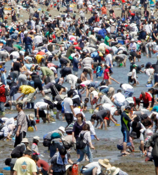 Los japoneses masifican sus playas en la Golden Week