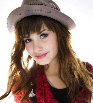 Demi Lovato sufre un accidente leve de coche