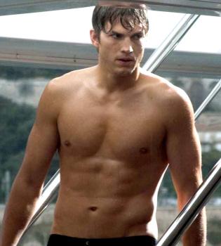 Ashton Kutcher luce abdominales en 'The Killers'