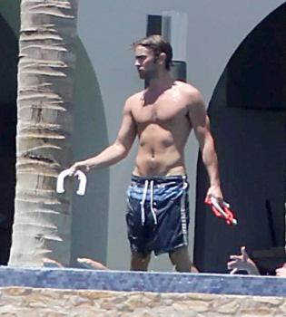 Chace Crawford enseña cuerpo de vacaciones en México