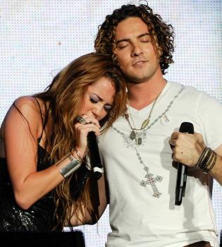 Un fallo casi arruina el dueto de Miley Cyrus y David Bisbal