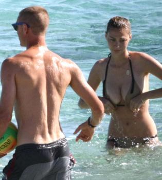 El bikini de la novia de Pierre Casiraghi le juega una mala pasada