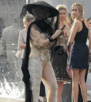 Lady Gaga se presenta en la graduación de su hermana con un look terrorífico