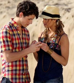Nick Jonas pillado: está saliendo con dos chicas a la vez
