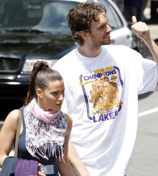 Pau Gasol celebra junto a su novia el triunfo de los Lakers