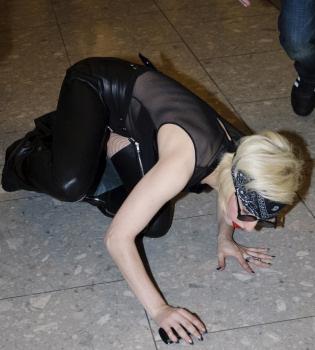 Lady Gaga pierde el equilibrio y besa el suelo