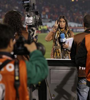 Sara Carbonero acosada por los fotógrafos en la victoria de España contra Chile
