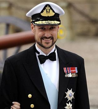 Rescatan a Haakon de Noruega tras caerse por la borda mientras navegaba