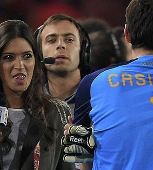Sara Carbonero entrevista a Íker Casillas tras ganar a Paraguay