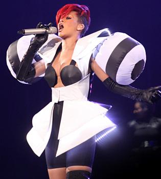 Rihanna, una dura competencia de Lady Gaga en looks imposibles