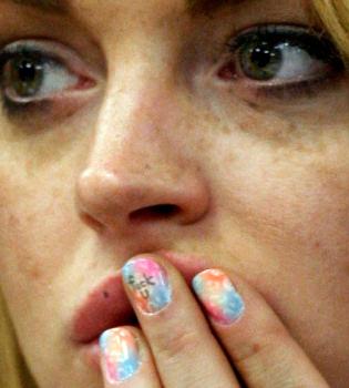Lindsay Lohan insulta a la jueza a través de un mensaje en sus uñas
