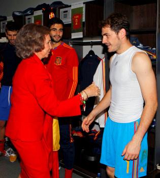 La reina Rofía celebra con la selección su triunfo ante Alemania