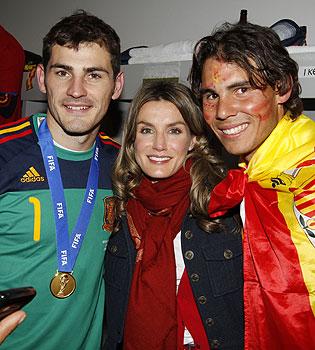 Letizia Ortiz abrazada con Iker Casillas y Rafa Nadal en la fiesta del Mundial
