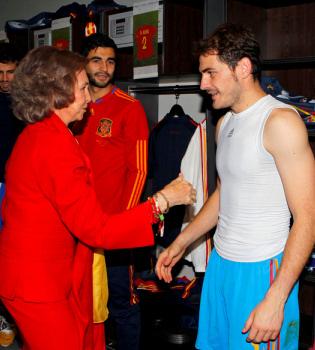 La reina Sofía, Felipe y Letizia aplaudieron el beso de Casillas y Carbonero