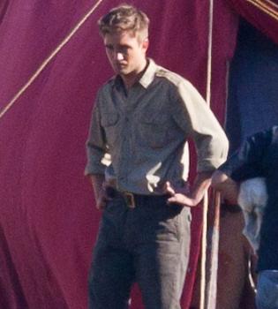 A Robert Pattinson le muerde un león