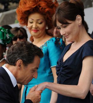 Sarkozy y Carla Bruni desmienten rumores de crisis con carantoñas en público