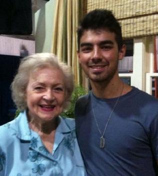Joe Jonas ya está 'Hot in Cleveland' con Betty White