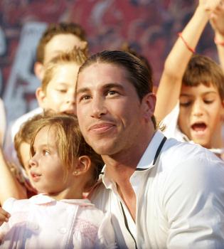 Multitudinario homenaje a Sergio Ramos en su pueblo natal
