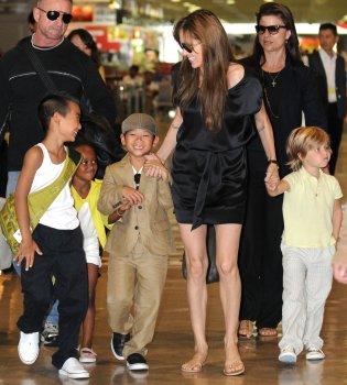 Angelina Jolie aterriza en Japón con sus hijos