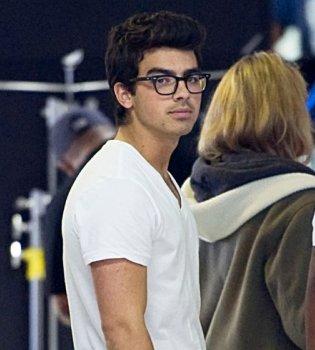 Joe Jonas y Betty White se ríen de Justin Bieber