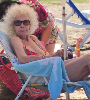 La Duquesa de Alba se enfunda el bikini a sus 82 años