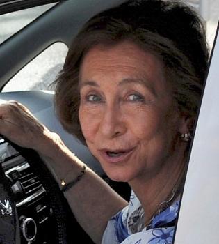 La Reina Sofía estrena un coche eléctrico