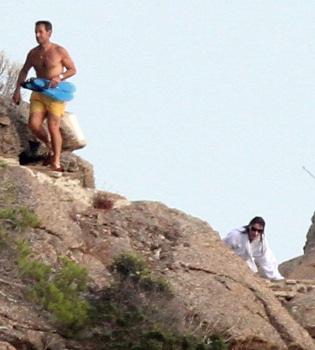 Sarkozy sorprende en bañador y Carla Bruni en albornoz