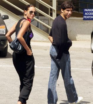 Eva González acompaña a Cayetano Rivera durante su operación de clavícula