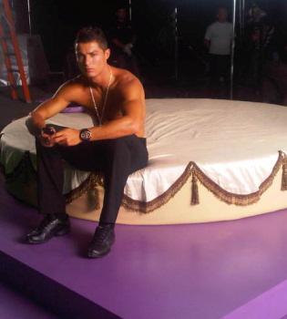 Cristiano Ronaldo, sin camiseta y en una cama redonda para promocionar un reloj