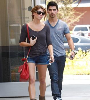 Joe Jonas y Ashley Greene confirman que salen juntos con un beso