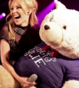 Facebook retira una foto 'ofensiva' de Kylie Minogue
